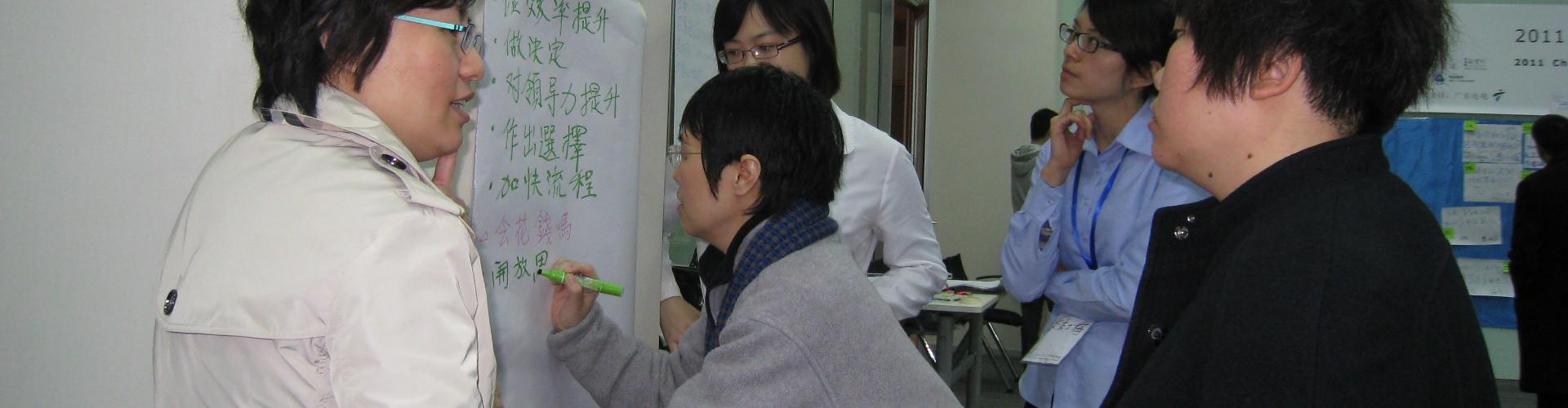 People writing texts on white paper during an exercise / 學員在培訓活動中於白紙上寫字 / 学员在培训活动中于白纸上写字